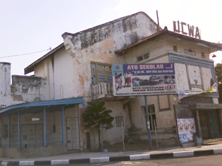 Bioskop Dewa, Tegal (2008). Fotografer: Ragil Priyo Atmojo